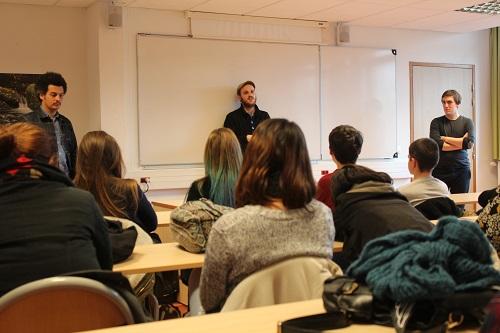 Les photojournalistes conseillent les élèves de la section photo du lycée Victor Laloux. (Crédit photo : Noémie Lair)