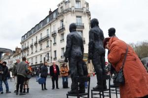 Cette sculpture, posée devant la gare, interpelle les passants.