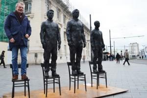 Les passants sont invités à monter sur la quatrième chaise. Cela symbolise la prise de parole individuelle et la défense des droits universels.