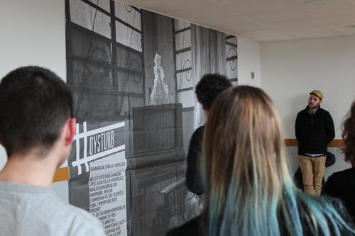Benjamin Girette et Matthieu Rondel présentent la photo aux élèves de la section photographie du lycée Victor Laloux.